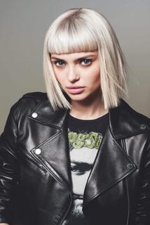 Salon Pauli | Model mit langen Haar und Lederjacke